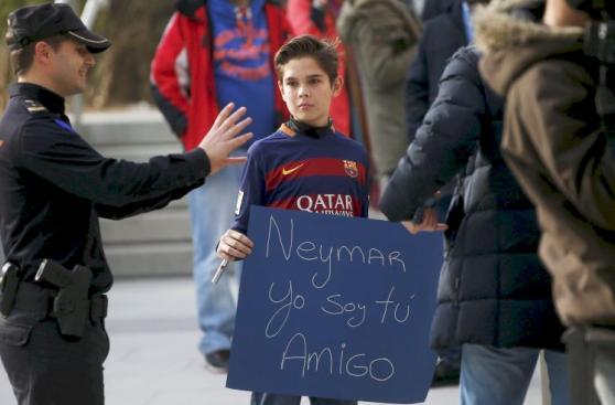 Neymar: autógrafos y selfies tras audiencia de juicio [FOTOS]
