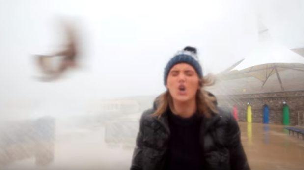 Pez le cayó en la cara mientras informaba de tormenta [VIDEO]