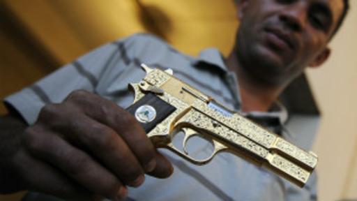 La pistola fue pasada de mano en mano entre los rebeldes.