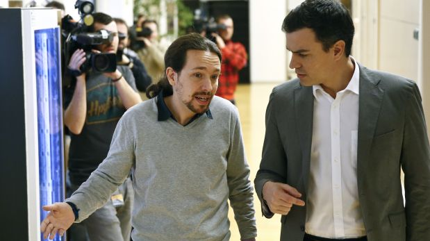 Socialists (PSOE) leader Pedro Sanchez (R) and Podemos (We Can) leader Pablo Iglesias talk as they arrive for their meeting at the Spanish Parliament in Madrid, Spain, February 5, 2016. REUTERS/Andrea Comas