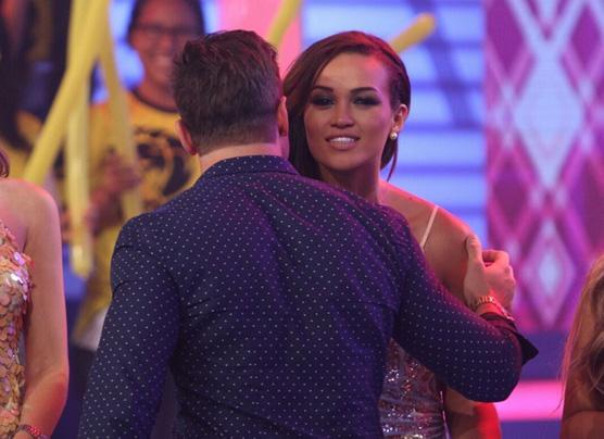 Angie Arizaga y Nicola Porcella fueron captados besándose