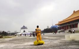 Gokú sorprende a transeúntes con su nube voladora en China