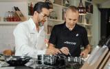 Iniesta promociona cuchillos junto a un chef tres estrellas