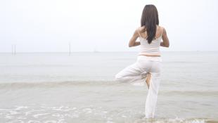 Cinco posturas de yoga que te ayudarán a combatir la resaca