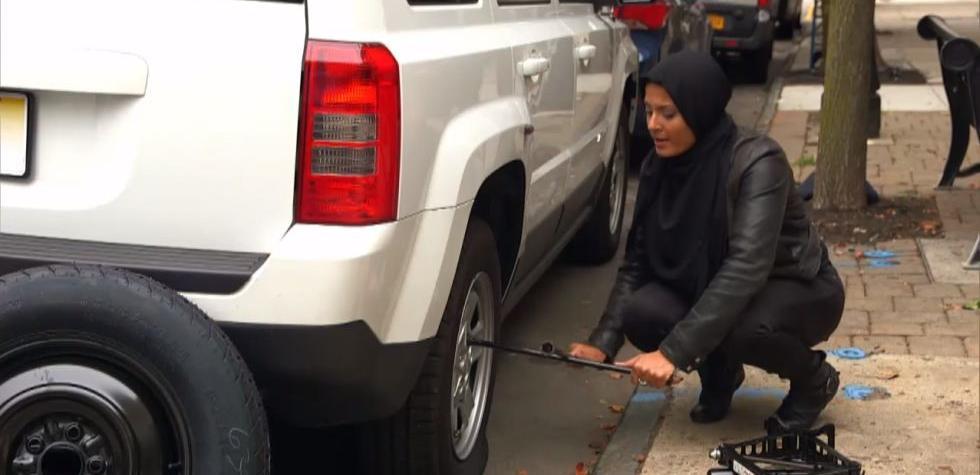 ¿Ayudarías a una musulmana a cambiar su llanta? [VIDEO]
