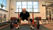 Ve en acción al levantador de pesas de más edad en el mundo
