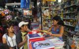 Buscando los útiles escolares: una visita al mercado central