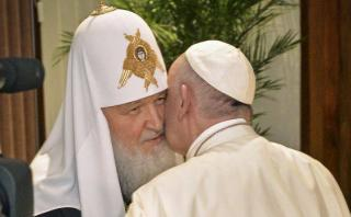 Francisco y Kirill abrieron con un beso su histórico encuentro