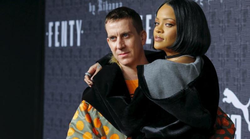 Rihanna y el diseñador Jeremy Scott. (Foto: Reuters)