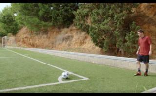 Lionel Messi te reta a pegarle al travesaño desde la esquina