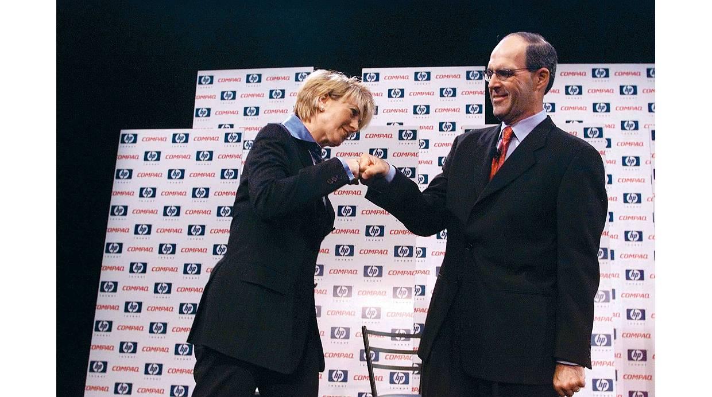 La ejecutiva choca los puños con Micheal Capellas, el CEO de Compaq en el 2011. (Foto: Fortune.com)