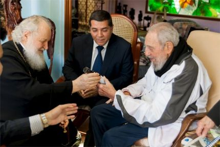 Former Cuban president Fidel Castro and Russian Orthodox Patriarch Kirill meet in Havana February 13, 2016. REUTERS/JUVENTUD REBELDE/Handout via Reuters ATTENTION EDITORS - THIS PICTURE WAS PROVIDED BY A THIRD PARTY. REUTERS IS UNABLE TO INDEPENDENTLY VERIFY THE AUTHENTICITY, CONTENT, LOCATION OR DATE OF THIS IMAGE. THIS PICTURE IS DISTRIBUTED EXACTLY AS RECEIVED BY REUTERS, AS A SERVICE TO CLIENTS. FOR EDITORIAL USE ONLY. NOT FOR SALE FOR MARKETING OR ADVERTISING CAMPAIGNS.NO RESALES. NO ARCHIVE