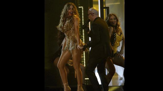 Pitbull y Sofía Vergara en el Grammy. (Foto: AFP)