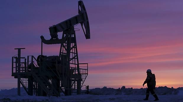 El petróleo sigue cuesta abajo por alza de inventarios