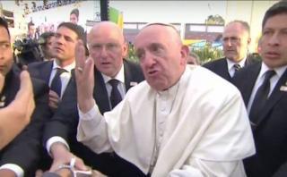 El Papa se molesta al ser jaloneado por fieles [VIDEO]