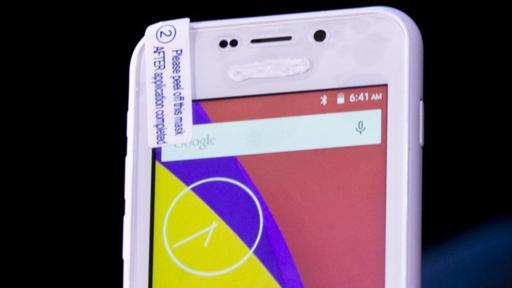 El Freedom 251 presentado era un smartphone de otra compañía, Adcom, cuyo nombre estaba borrado con pintura blanca. (Foto: AP)