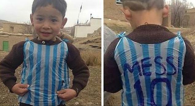 Niño afgano fanático de Messi. (Twitter)