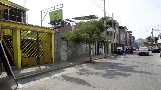 El local de Ají 555 se encuentra ubicado en el Jr. Santa Cruz 870, Villa María del Triunfo. En la imagen es el inmueble de fachada amarilla. (Foto: Consuelo Vargas / El Comercio).