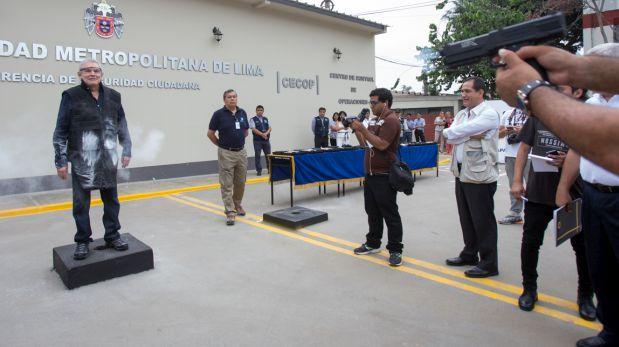 26 de febrero: El alcalde de Lima Luis Castañeda Lossio probó personalmente el uso de las armas no letales. El 19 de julio se reveló que la comuna metropolitana compró las armas por más de 650 mil soles a una empresa que no tenía autorización de Sucamec. Ese mismo mes la Procuraduría Municipal denunció penalmente a la empresa Inversiones Greek E.I.R.L. (Municipalidad de Lima)