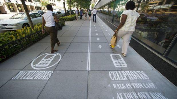 En Washington, en 2014, un programa de televisión hizo un experimento dividiendo los andenes para que los smombies caminaran separados. (Foto: AP)