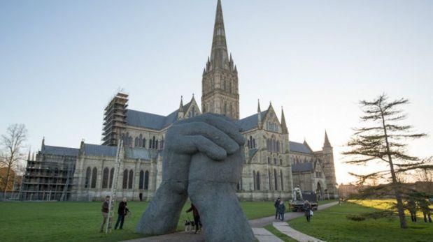 La escultura frente a la Catedral de Salisbury es parte de una exposición artística, y la idea era que la gente camine entre las manos. (Foto: Getty)