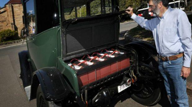 El coleccionista de autos Bill Lloyd muestra el motor que hace mover a este auto eléctrico de principios del siglo XX. (Foto: Getty)