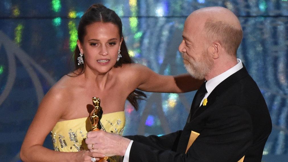 Alicia Vikander recibe de J. K. Simmons el Oscar a la Mejor Actriz de Reparto. (Foto: AFP)