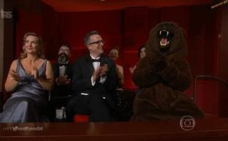 El oso que esperó ansioso por felicitar a DiCaprio en los Oscar