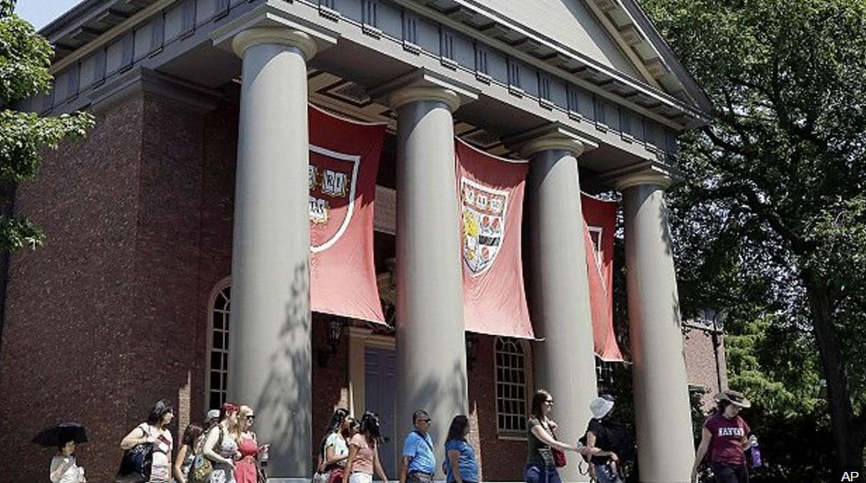 La universidad de Harvard aparece frecuentemente en los currículos de los potentados. (Foto: BBC Mundo)
