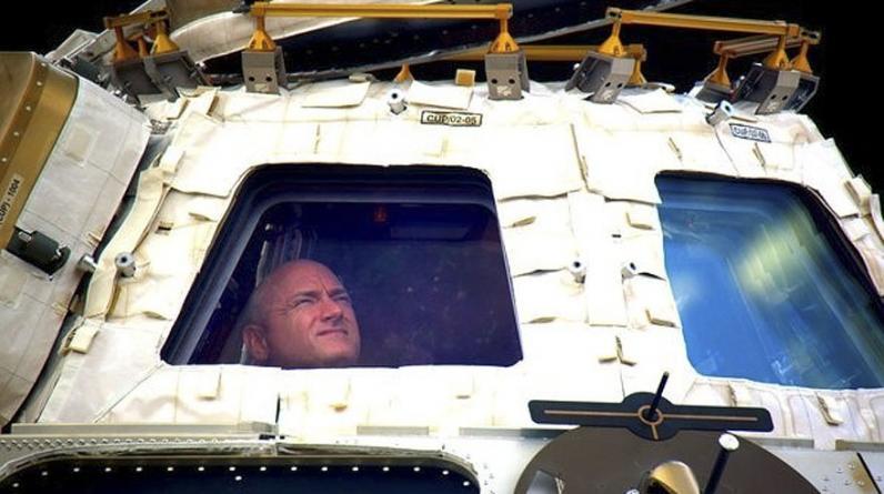 En esta foto se ve al astronauta Scott Kelly mirando a través de la cúpula de la EEI antes de emprender el viaje de retorno a la Tierra. (Foto: NASA/AP)