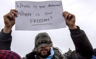 Refugiados de la Jungla de Calais se cosen la boca en protesta