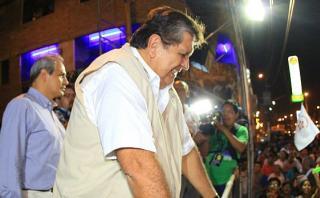 Alan García: le arrojan una botella tras actividad proselitista