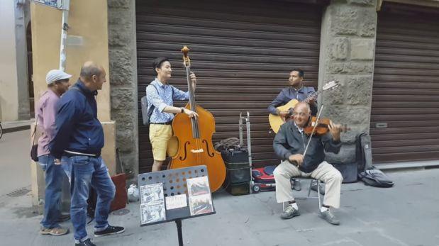 Resultado de imagen de Turista se une a músicos callejeros, mira el resultado