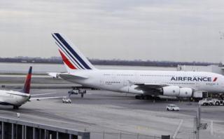 Escondió en su cartera a niña haitiana en vuelo Estambul-París
