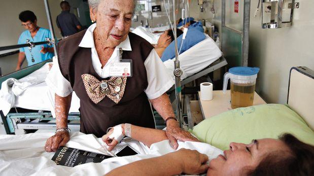 LIMA 08 DE MARZO DEL 2016ENTREVISTA A MARIA EMMA DAMMERT VASQUEZ (87) SOCIA FUNDADORA DE LA ASOCIACION DE VOLUNTARIAS DEL HOSPITAL DE EMERGENCIAS JOSE CASIMIRO ULLOA.CON ELLA, EL GRUPO DE VOLUNTARIAS MAYORES QUE COLABORAN EN ESE NOSOCOMIO.FOTO: DANTE PIAGGIO D / EL COMERCIO