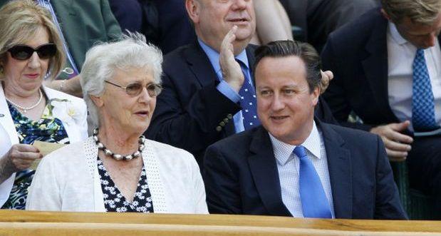 Mary Cameron junto a su hijo, el primer ministro David Cameron, Londres. (Foto: AP)