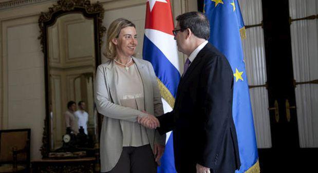 Federica Mogherini, representante de la UE, saluda al ministro de Relaciones Exteriores de Cuba, Bruno Rodríguez. (Foto: Cubadebate)