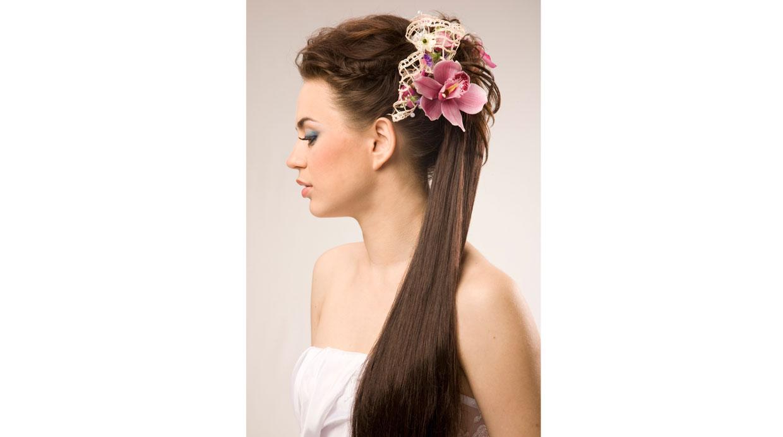 Verifica que durante el peinado en el salón de belleza, las lacas y los sprays sean de marcas reconocidas, de lo contrario tu cabello lucirá seco y tieso. (Foto: Shutterstock)