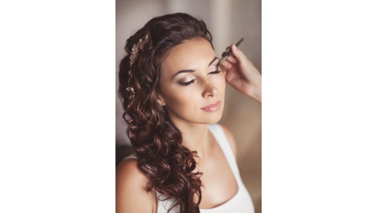 El tiempo que puede tomar el maquillaje o peinado son de aproximadamente tres horas. Hazlo con tiempo. (Foto: Shutterstock)
