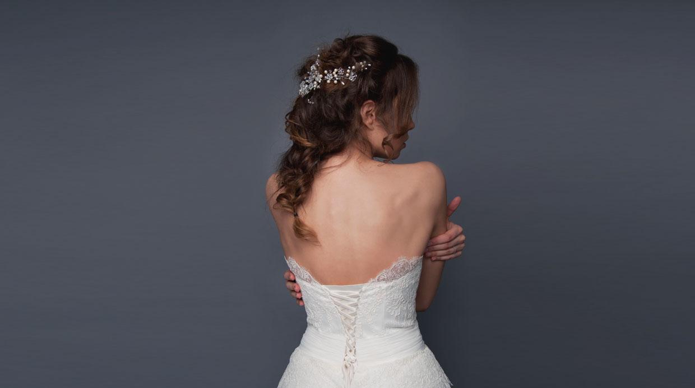 Para una ceremonia de día se pueden llevar peinados semirrecogidos, los cuales dan un look más casual.  (Foto: Shutterstock)