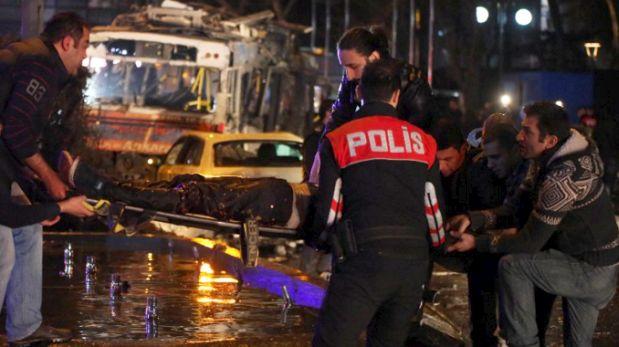 Muchas ambulancias fueron enviadas al lugar, en la plaza Kizilay, centro neurálgico de Ankara, la capital de Turquía. (Foto: AFP)