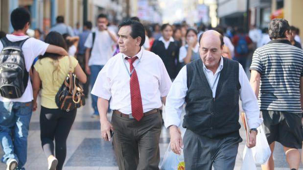 LIMA 05 DE MAYO DE 2015GENTE PERUANOS Y LATINOS CAMINANDO POR JIRON DE LA UNION EN EL CENTRO DE LIMA
