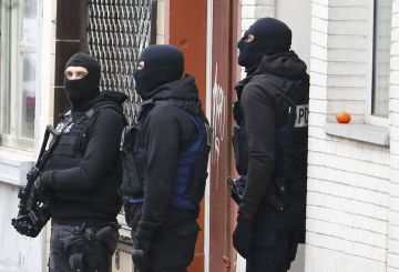 Belgian police stage a raid, in search of suspects in the Brussels suburb of Molenbeek, in this picture taken on November 16. 2015. Shots were fired March 15, 2016 when police searched a house in Brussels, police said on Tuesday, though they declined comment on media reports that the raid was carried out by counter-terrorist officers.   Picture taken November 16, 2015.     REUTERS/Yves Herman/Files