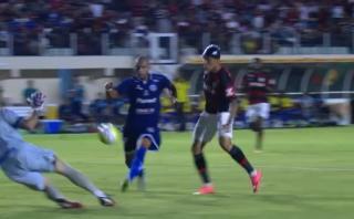 Paolo Guerrero picó balón y defensa salvó de la línea (VIDEO)