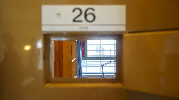 Los guardas pueden observar a los presos a través de rejillas en las puertas de las celdas. (Foto: Reuters)