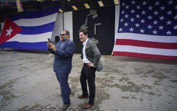Brett Perlmutter (derecha) y Alexis Leiva Machado, un escultor conocido como Kcho, se toman un selfie afuera del estudio de Google. (AP Photo/Ramon Espinosa).