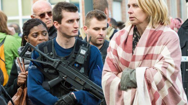 La policía junto a la gente que era evacuada del aeropuerto de Bruselas. (Foto: AP)