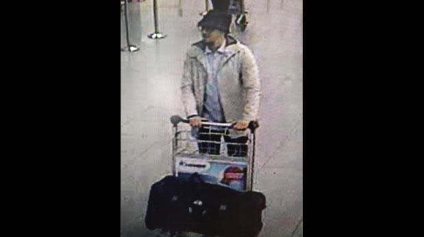 Najim Laachraoui fue el segundo suicida del Estado Islámico que se hizo estallar en el aeropuerto de Bruselas. El tercer atacante, en la foto, aún es buscado. (AP)
