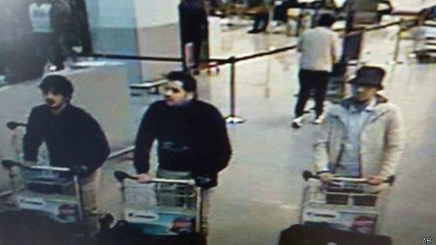 La policía difundió la fotografía de los sospechosos de los atentados en el aeropuerto de Zaventem. (Foto: AFP)