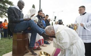 El papa Francisco lava pies de refugiados en Jueves Santo